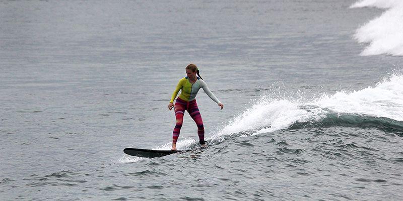 Аня тренируется в сёрф-лагере на баланс-борде